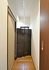以前は洗面所があった突き当りのスペースは、季節外のものやストック品の収納場所...