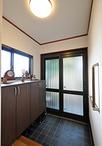 玄関ドア(LIXIL/リシェント)は引違いのランマなしタイプを選択。玄関網戸も取付...