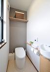 トイレは向きを変え、便器をTOTO/ネオレストRH1に交換。タンクレスなので空間が広...