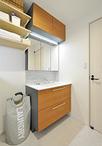 浴室と同様に洗面脱衣室も新設。化粧台はTOTO/エスクアLS(W900)を設置。キャビ...