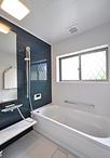 浴室もブルー系にこだわり、正面のパネルは藍色をモチーフとした「セイラン」を選...