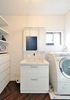 洗面化粧台や奥様セレクトの収納小物、オープン収納などホワイトを基調とした空間...