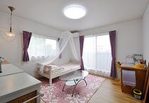 長女のお部屋はパープル×ピンクのコーディネートに、天蓋やスワロフスキーのペン...