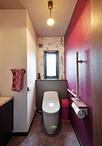 パープル×花柄のクロスで上品な印象に変わったトイレ。便器はLIXIL/プレアスLSリ...