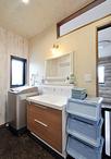 南北に空間を広げたことで、ゆとりが生まれた洗面室。化粧台はLIXIL/LCフルスライ...