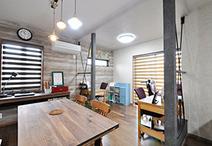 2階のバルコニー下の空間を増築し、お子様3人の勉強机を並べてスタディーコーナー...