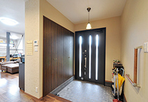 玄関はLIXIL/リシェント(断熱親子ドア)に取替え。玄関ホールとリビングとの間は...