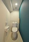 スペースを拡張してゆったり奥行きのあるトイレに。向かって右側の壁は落ちついた...