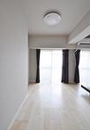 北側の洋室2部屋をつなげて、開放的で広い寝室に。玄関の収納の広さ、引き戸のサ...