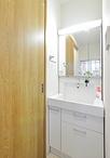 以前は脱衣室がなかったため、浴室前にコンパクトな洗面脱衣室を新設。限られたス...