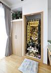 以前、縁側の押し入れだった場所を仏間と観音開きの収納に。仏間は造作で仏壇に干...
