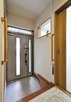 玄関ドアはLIXIL/リシェントに取り替え。明かり取りでリビングとの壁には室内窓を...