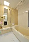 タイル貼りの浴室から掃除がしやすく保温性も高いユニットバス(TOTO/マンション...