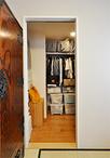 リビング横にあった和室の一部を家族みんなで使えるウォークインクローゼットに。...