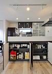 キッチンカウンターはリビング側が収納になっていて便利。作業台側には凹みの収納...