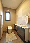 別々だったトイレと手洗いをひとつにしてスペースを拡張。車椅子で利用したり、介...