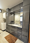 収納が少なく使い勝手の悪かった洗面室は、一部の収納スペースを取り込みTOTO/エ...