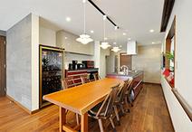 無垢の一枚板で横幅が2300あるダイニングテーブルをキッチン横にどーんと配置。離...