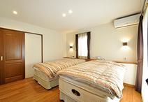 寝室はセカンドリビングと直接アクセスできる位置に配置。奥は廊下からもアクセス...
