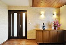 玄関にも装飾だけでなく、消臭や調湿の機能を持ったエコカラット(LIXIL)を貼り...
