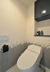 トイレはタンクレスタイプのTOTO/GG1に取替え。こだわりの壁紙はサンゲツとファッ...