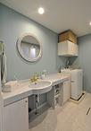 洗面台は再利用してコストを削減。化粧鏡と水栓(カクダイ)を取替え、壁紙に淡い...