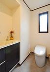 トイレはタンクレスタイプの便器(TOTO/ネオレストRH1)に交換。手洗器(LIXIL/エ...