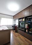 各寝室に取り付けた壁面収納(DAIKEN/ミセル)で、限られた空間も有効活用。パネ...