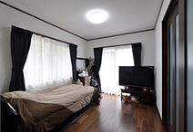 ダイニングキッチン続きにあったお母様の寝室は、和室から洋室へとリフォーム。ダ...