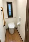トイレはTOTO/ネオレストDH1に交換。壁紙は凸凹の強い漆喰調のものにし、床はフロ...