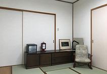 もともと8畳の和室でしたが、2畳分は収納とワークスペースに変更。DIYが得意なご...