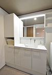 ゆったりと使える洗面化粧台はTOTO/オクターブ(W1000)。向かって左にはランドリ...
