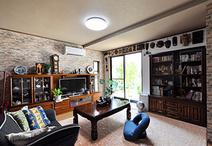 以前和室があった場所を親世帯用のリビングに。押入は広めに確保して、季節外の衣...