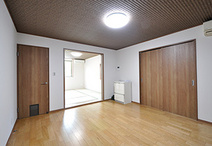 階段近くの洋室はベットがゆったりと置ける若夫婦の寝室。入り口のドアには猫ちゃ...