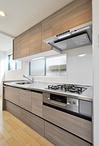 システムキッチンは天井から足元までたっぷりしまえる収納が特徴のクリナップ/ラ...