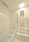 2階にあった浴室は1階へ移動し、お手入れが簡単なユニットバス(TOTO/マンション...
