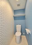2階にあった便器を再利用。壁一面をタイル調のクロスにすることでオシャレな雰囲...