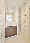 新設した洗面脱衣室は、ボタニカル柄の壁紙にしてナチュラルな印象に。構造柱とお...