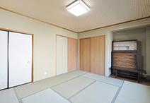 内装を一新させ、収納は押入からクローゼット仕様に変更。タンス置き場も確保しま...