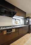 キッチンはダークカラーのエイジング扉が存在感際立つトクラス/Bb(W=2550)に取...