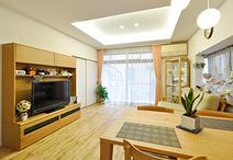 テレビを部屋のコーナーではなくソファーとダイニングテーブルの正面に配置できる...