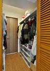 収納不足を解消するため、あえて6帖の和室を4.5帖と狭くし、収納スペースを拡張。...