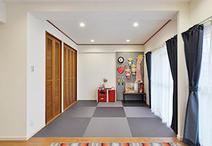 リビングに併設した6帖の和室は垂れ壁や襖を撤去し、リビングダイニングと一体化...