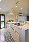 壁付型から対面型に配置変え。フルフラットカウンターのキッチンはLIXIL/アレスタ...
