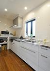 ダイニングとの間の壁は撤去することで、明るく開放感がアップ。キッチンは耐久性...