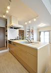 壁付だったキッチンは、フラット対面型のキッチン(トクラス/Bb)に取り替え。ダ...
