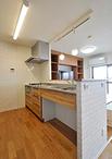 独立型で空調が効きにくく孤独感も感じていたキッチンは、収納の位置替えをしオー...