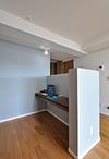 リビングの一角には書斎(ワークスペース)を設置。完全には仕切らず、適度な高さ...