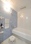 浴室は間取りやサイズはそのままで、新しいユニットバス(トクラス/VITAR、1317サ...