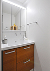洗面室は洗濯機置き場と洗面化粧台の位置を変更。洗面化粧台はコンパクトながら、...